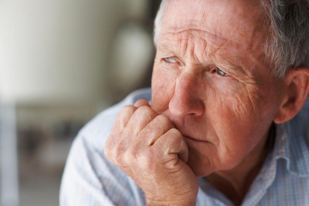 مرد در حال فکر کردن به دلیل مشکلات جنسی